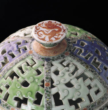 Censer with openwork decor in wucai enamels