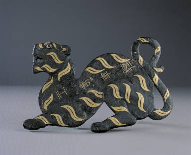 Bronze military amulet in tiger shape inlaid with gold